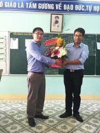 Trường dân tộc nội trú Tây Giang tặng quà cho trường